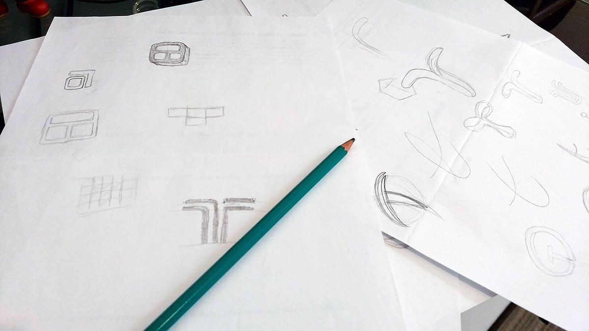 Primeiros rascunhos para a criação de logotipo da Tecnun, desenvolvido pelo Estúdio Rubio